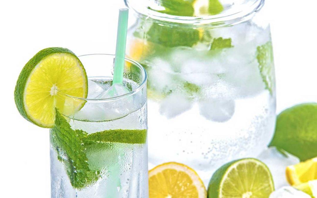 cinco beneficios de beber agua en ayunas