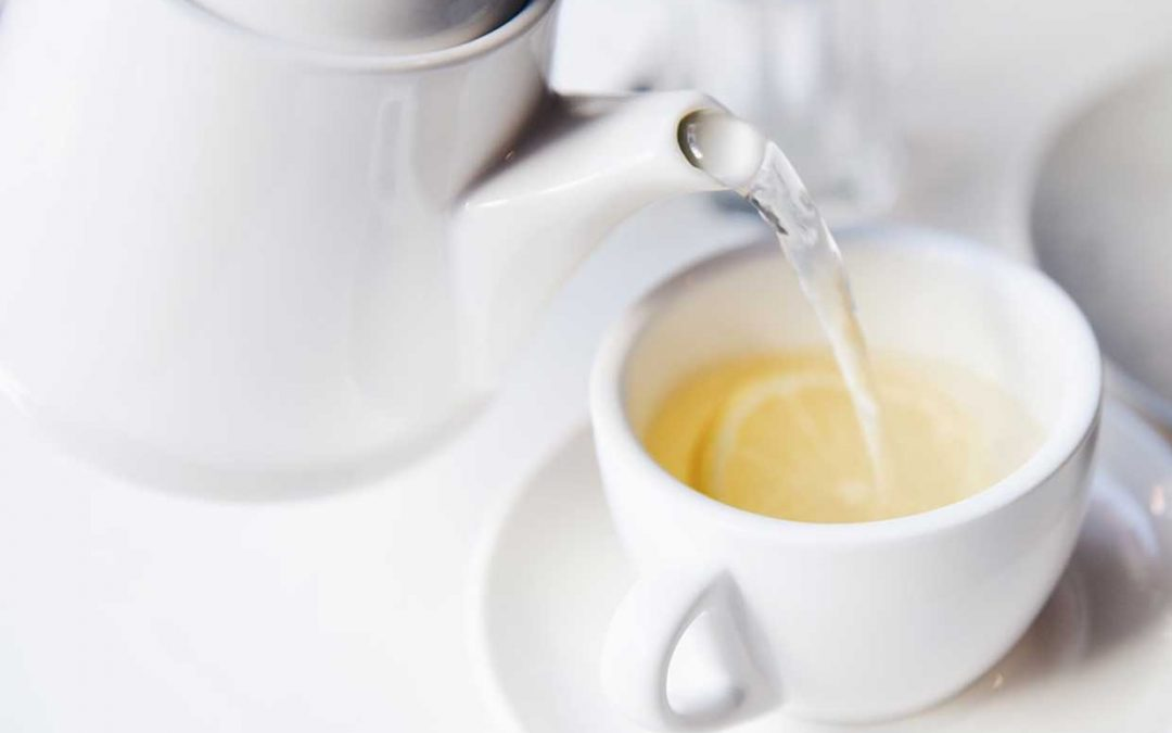 9 beneficios de tomar agua con limón en ayunas según ayurveda