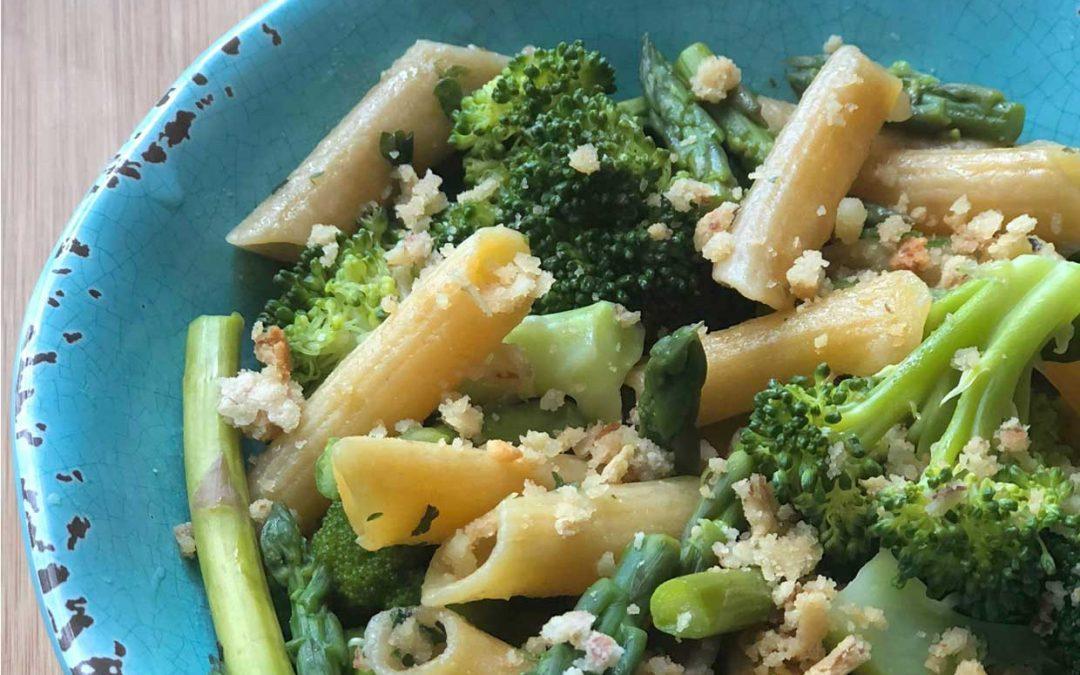 Pasta con vegetales con queso parmesano de nuez